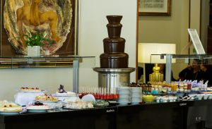 Fuente de chocolate en el 'brunch' del hotel InterContinental, en Madrid.
