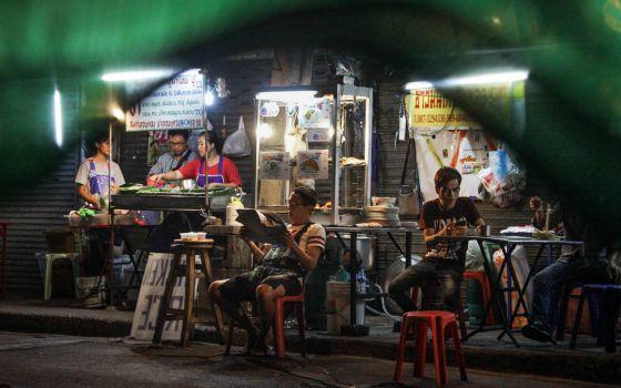 Comida callejera en Bangkok - Algunos de los puestos callejeros que permanecen abiertos en la mítica bocacalle 38 de Sukhumvit, en Thong Lor, una céntrica zona de Bangkok (Tailandia).Foto de Ana Salvá