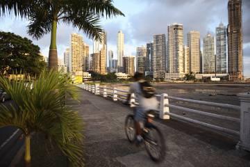 Un ciclista en Punta Paitilla, en Ciudad de Panamá.
