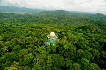 Torre para la observación de aves en un 'ecolodge' del parque nacional de Soberanía, en Panamá.