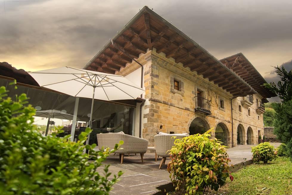 Fachada y terraza del hotel Palacio de Arce, en Cantabria.