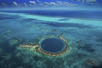 Vista aérea del Blue Hole y el arrecife Lighthouse, en Belice.