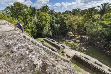 Visitantes en las ruinas mayas de Lamanai, en Belice.
