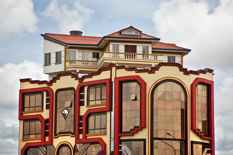 Los 'cholets' son fruto de la imaginación de Freddy Mamani, que comenzó siendo albañil y se transformó en el padre de la nueva arquitectura andina. Tiene 44 años y su arquitectura se exporta a Chile, Argentina, Brasil, Perú y Ecuador.