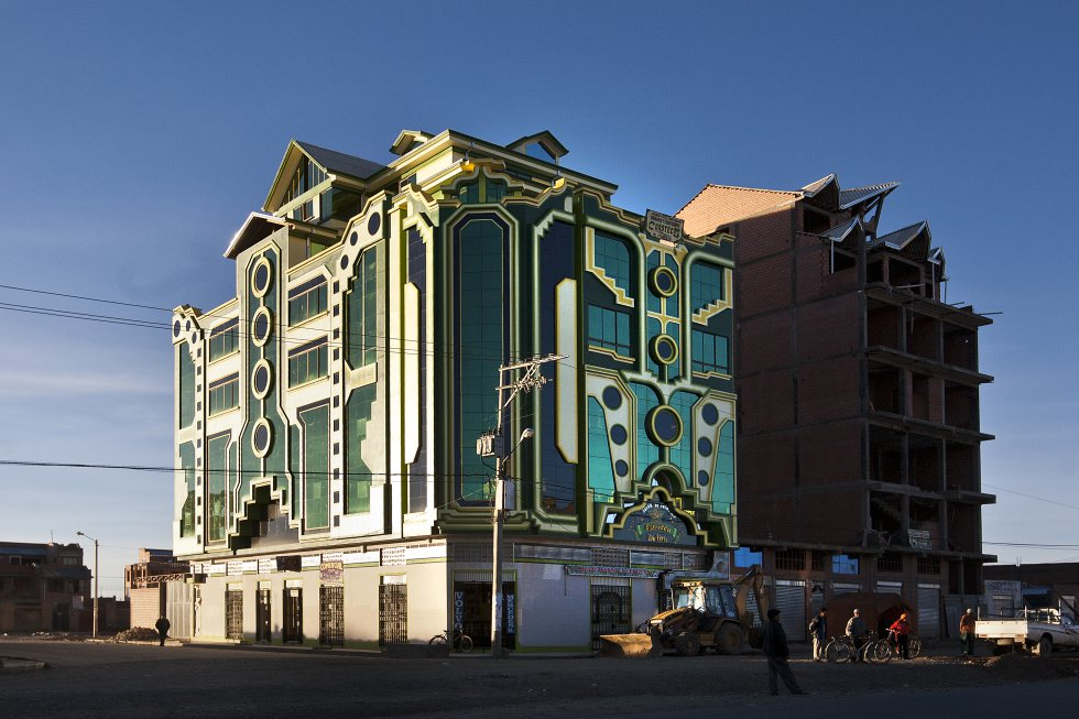 La ecléctica arquitectura de los 'cholets' bolivianos representan, en la ciudad de El Alto, la más poblada del país andino, el surgimiento de una nueva burguesía aimara al calor del mandato de Evo Morales. Con sus colores rojos, naranjas, amarillos y verdes encarnan, a su manera, los valores del emprendimiento capitalista.