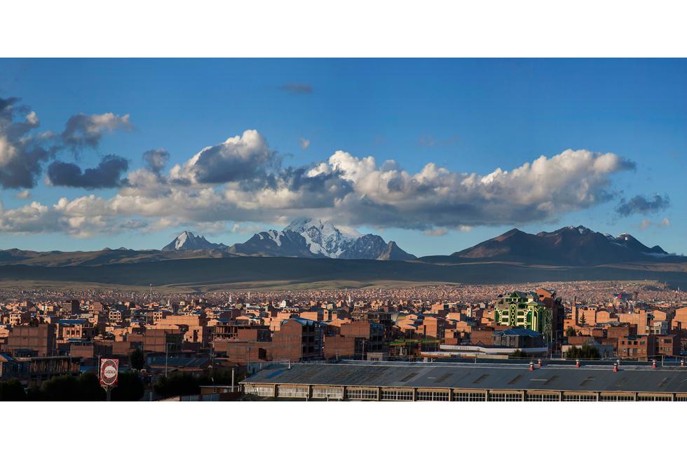 El Alto es una ciudad de casi un millón de habitantes, fundada en 1985, donde se ubica el aeropuerto más próximo a La Paz (el área urbana formada por ambas poblaciones suma 1,8 millones). Desde allí, a más de 4.000 metros, se contemplan unas espléndidas vistas de La Paz.
