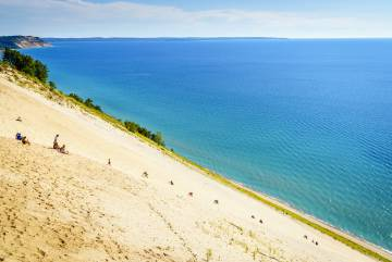 Escalando una duna en el Sleeping Bear Dunes National Lakeshore, a orillas del lago Michigan, en Estados Unidos.
