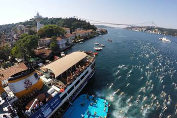 Participantes de la Bosphorus Cross Continental Swim, en Estambul.