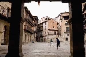 Soportales en la plaza Mayor de Albarracín.
