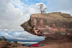 Un escalador haciendo búlder en el paisaje protegido de los Pinares de Rodeno, cerca de Albarracín.