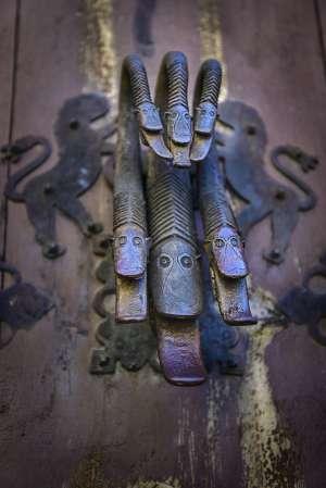 Aldaba de una puerta en el pueblo turolense de Albarracín.