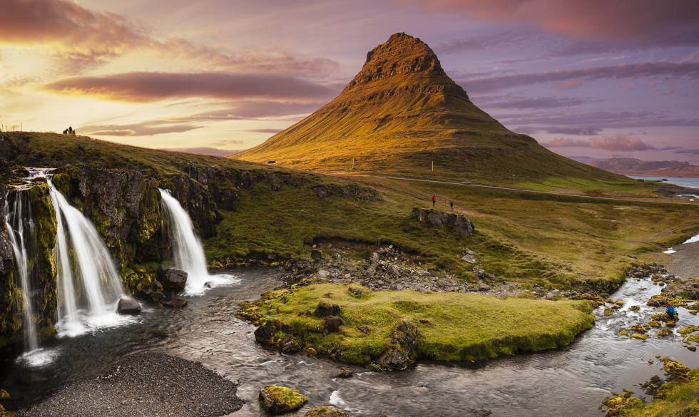 Atardecer junto al monte Kirkjufell, en la península islandesa de Snaefelness.
