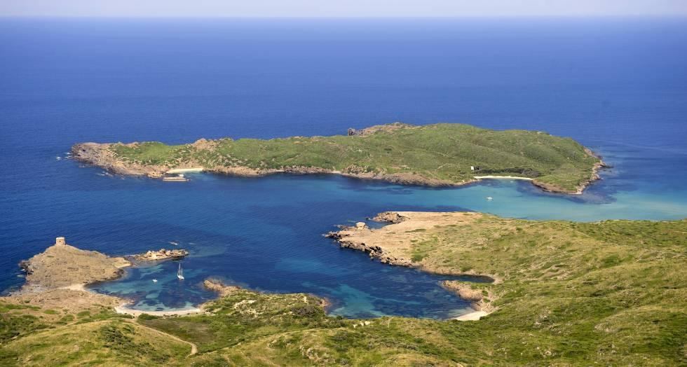 La isla d'en Colom (Menorca), con la cala Sa Torreta en primer plano.