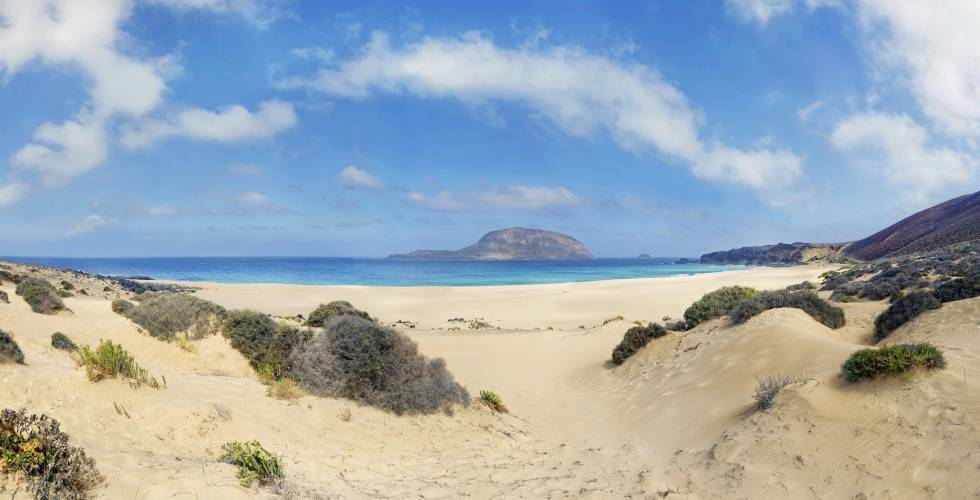 Al fondo, la isla de La Graciosa, en Lanzarote.