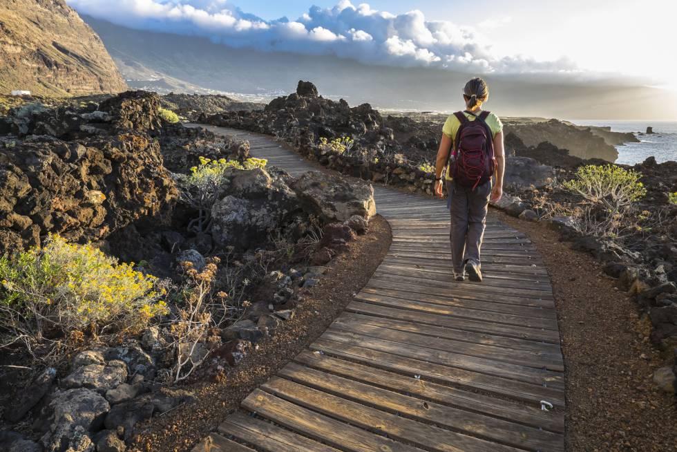 Sendero litoral de Las Puntas, en la isla canaria de El Hierro, declarada reserva mundial de la biosfera.