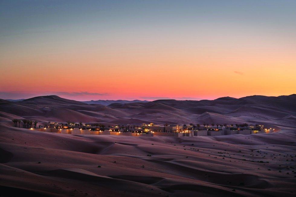 El dramatismo de su soledad, con las terrazas abiertas al implacable desierto de Arabia, lo convierten en un antojo para viajeros aquejados de estrés. Solo de pensar que aquí corre el agua, circula el aire acondicionado y llega la electricidad uno se relaja y abraza la exclusividad sórdida de un destino incipiente en el golfo Pérsico. 1 Qasr Al Sarab Road (Abu Dhabi, Emiratos Árabes). Teléfono: +971 2 886 2088. qasralsarab.anantara.com