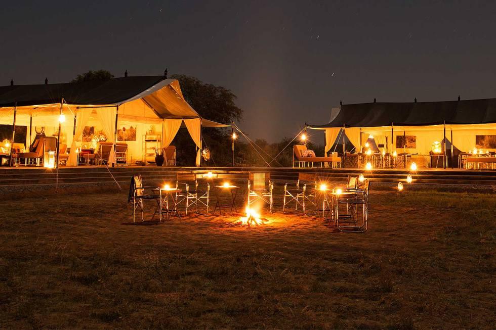 La moda africana de dormir lujosamente al aire libre se ha impuesto en India, donde este campamento de lona acoge 10 suites para admirar la luna y contemplar en libertad los flamencos y los leopardos que corren por las estepas del Rajastán. Jawai Bandh, Bisalpur, District Pali-Marwar (Rajastán, India). Teléfono: +91 11 4617 2700. sujanluxury.com