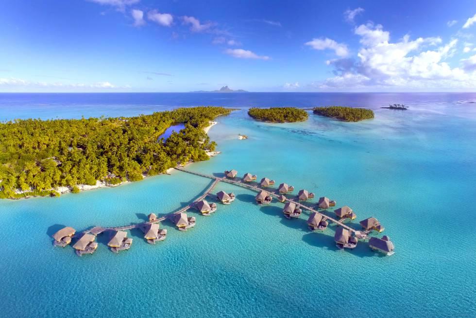 Es, sin duda, el lugar más exclusivo y desconocido de la Polinesia francesa. A esta isla particular solo se llega por barco, lo que da derecho a un collar de tiare para celebrar la bienvenida y otro de conchas para la despedida. El hotel es un jardín edénico, y muchas de sus suites ofrecen una piscina interior como preludio del baño oceánico posterior. Archipiélago Motu Tautau (Polinesia Francesa). Teléfono: +689 507 601. www.letahaa.com