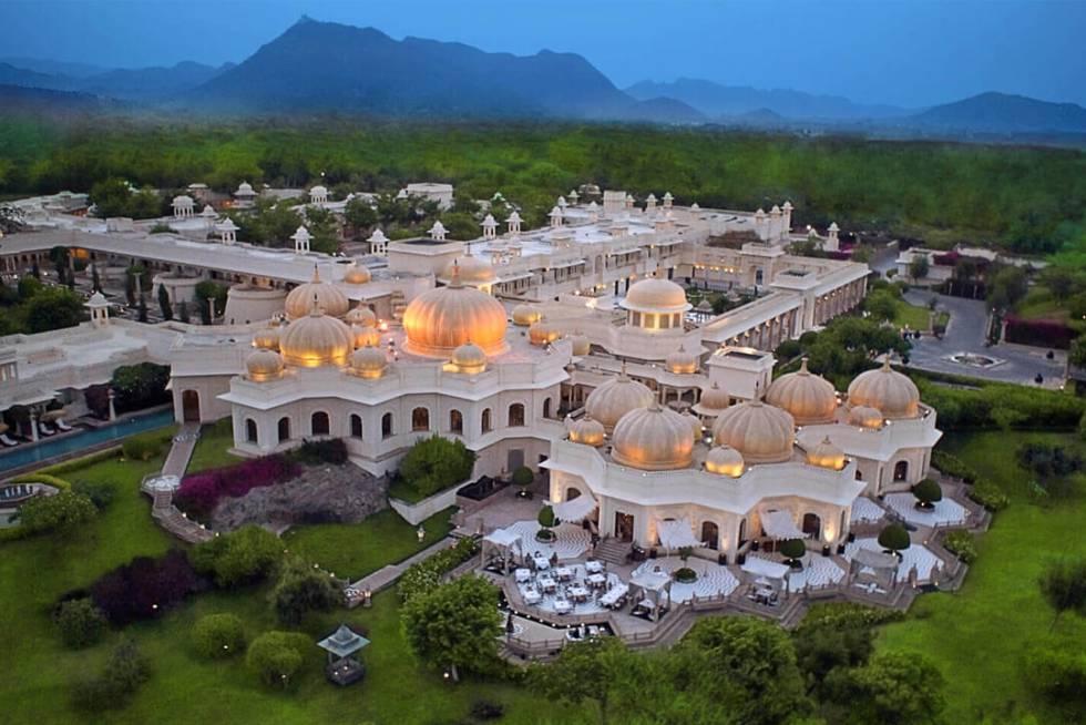 Si la ciudad es conocida por sus palacios y sus lagos, el más lujoso de los palacios y el más hermoso de los lagos debe corresponder, en pura lógica, a la sede del rajá. Hoy es un hotel de ensueño conformado por bóvedas, alminares, fuentes, piscinas reflectantes y pabellones de alta prosapia. Haridasji Ki Magri, Mulla Talai (Udaipur, India). Teléfono: +91 294 243 3300. www.oberoihotels.com