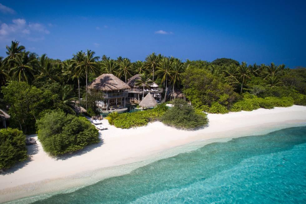 'No news, no shoes'. Éste es el lema de este hotel-ínsula perdido entre los miles de atolones que conforman las Maldivas. Cada cabaña dispone de una playa privada, un vestidor colonial, un dosel de gasas y una terraza de madera imputrescible, amén de lujos incontenibles en el baño. De noche, unos pétalos dibujan estelas y agasajos sobre la cama. Isla de Kunfunadhoo (Maldivas). Teléfono: +960 660 0304. www.soneva.com