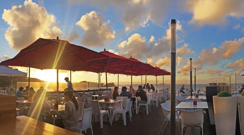 Una deliciosa terraza al cant brico en la playa de salinas el viajero el pa s - Hoteles en salinas asturias ...