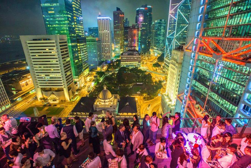 El arquitecto Norman Foster proyectó la sede del banco HSBC, uno de los iconos de Hong Kong, levantado en 1985. Cuando se terminó era el edificio más caro del mundo. Con 52 plantas, refleja el deseo del arquitecto de crear áreas de espacio público y privado. El edificio está repleto de ejemplos de feng shui (geomancia china). Por ejemplo, no hay ninguna estructura que bloquee las vistas a Victoria Harbour, ya que el agua se asocia a la prosperidad, y las escaleras mecánicas están construidas en ángulo con la entrada ya que los malos espíritus solo se desplazan en línea recta. Hay buenas vistas del edificio desde la terraza del bar Sevva (en la foto), al otro lado de la calle (www.sevva.hk).
