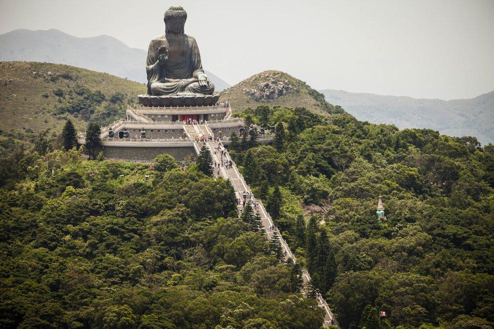 Es otro de los símbolos de Hong Kong: el gran buda sedente de bronce, exterior, más grande del mundo. Una impresionante figura que corona una colina de la isla de Lantau a más de 500 metros sobre el nivel del mar, y que es visible al llegar a Hong Kong en avión o desde Macao. Con 23 metros de altura, el Buda Tian Tan impresiona especialmente cuando se suben los 268 escalones que permiten verlo de cerca, así como las vistas que lo rodean. Pero la forma más espectacular de subir a la meseta es en el teleférico Ngng Ping 360, con un recorrido de 5,7 kilómetros sobre la bahía y los montes circundantes.