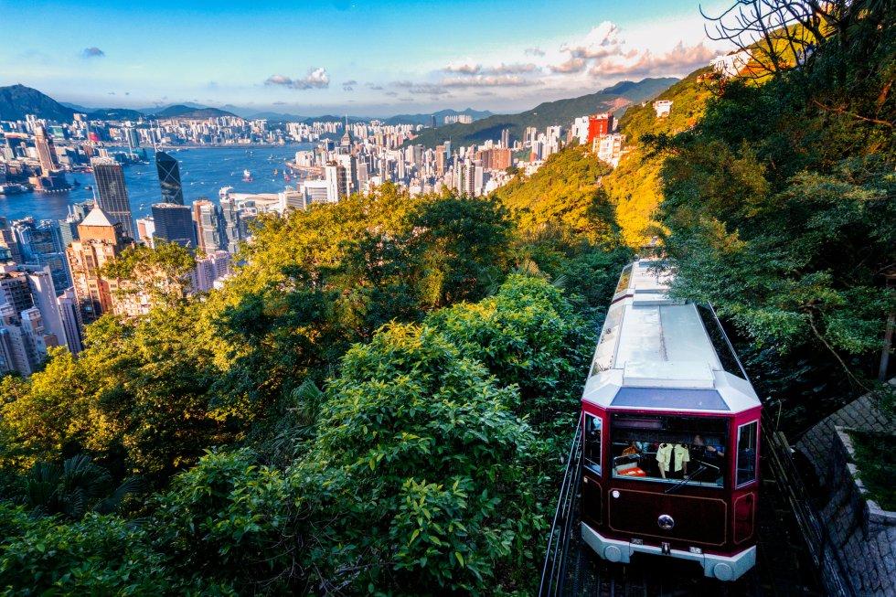 Para subir al pico Victoria hay que coger el Peak Tram (thepeak.com), el funicular más antiguo de Asia (tiene 125 años), que cubre el trayecto más antiguo y emocionante de Hong Kong: asciende directo hasta la cima y la Peak Tower, regalando vistas de postal de la ciudad y el puerto. Con 552 metros de altitud, el pico Victoria es el punto más elevado de la isla de Hong Kong, desde el que se contempla perfectamente la metrópolis, los bosques que la rodean y las posibles excursiones, fáciles pero espectaculares, a solo unos minutos de Central, la estación inferior. A unos 55 metros de estación superior se encuentra la antigua cabaña de verano del gobernador, cuyo jardines están abiertos al público.