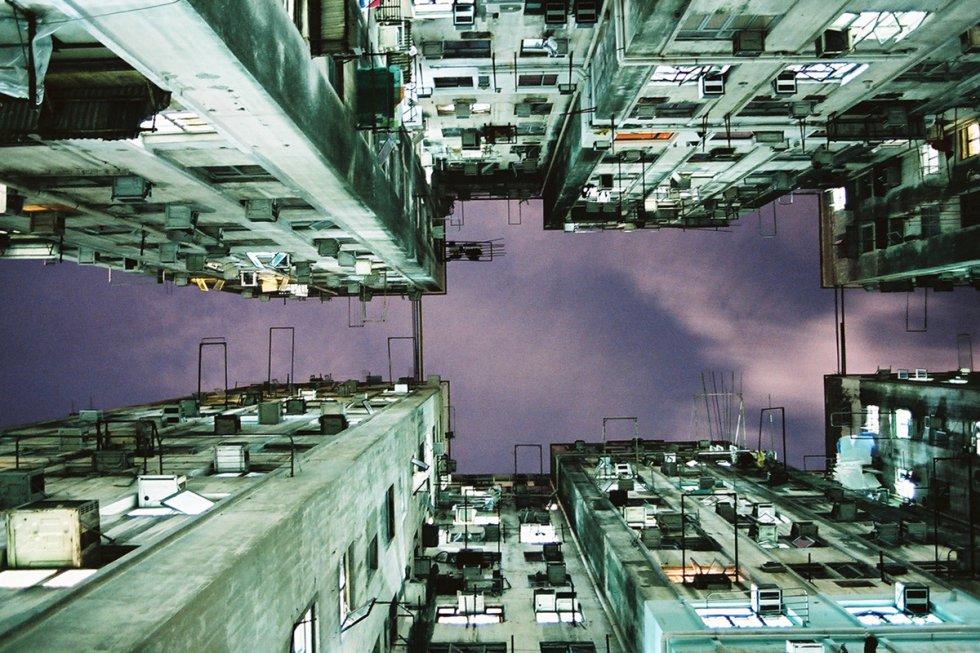 Los términos alojamiento económico y Hong Kong convergen en Chungking Mansions (CKM). Construido en 1961 en Nathan Road, es un laberinto de casas, pensiones, restaurantes indios, puestos de recuerdos y casas de cambio repartidas en cinco bloques de 17 plantas. Se estima que tiene unos 4.000 residentes y 10.000 visitantes diarios, y que a lo largo del año más de 120 nacionalidades diferentes cruzan sus puertas. Es divertido visitar CKM (en la foto) para disfrutar del ambiente e ir de compras; los colmados del sudeste asiático, las tiendas de bisutería y los restaurantes indios son muy recomendables.