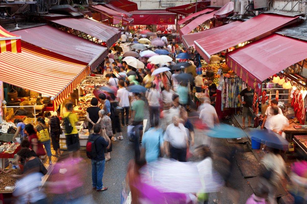 El bazar al aire libre entre Queen's Road East y Johnston Road está lleno de compradores y vehículos aparcados. También hay muchos mercadillos en Cross St y Wan Chai Road, todos llenos de posibles oportunidades. En Tai Yuen St, por ejemplo, se venden peces dorados y ropa interior de abuelo, pero es más conocida por sus jugueterías antiguas. Spring Garden Lane y Wan Chai Road son una cueva del tesoro llena de puestos curiosos que venden de todo, desde especias a gadgets electrónicos.