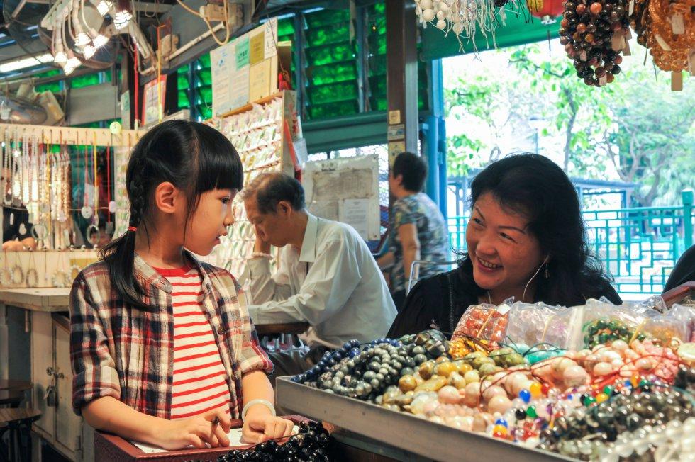 En la península de Kowloon vive gente de muchas procedencias, sobre todo en Tsim Sha Tsui, lo que se traduce en opciones gastronómicas diversas. En las calles de Chungking Mansions se encuentran las mejores tiendas indias; en Kimberley St y Austin Avenue hay restaurantes y colmados coreanos; en las calles que rodean el mercado nocturno de Temple Street, en Yau Ma Tei (en la foto, el mercado de Jade), se sirven curris nepalíes, y en Kowloon City hay restaurantes y tiendas tailandesas muy auténticos.