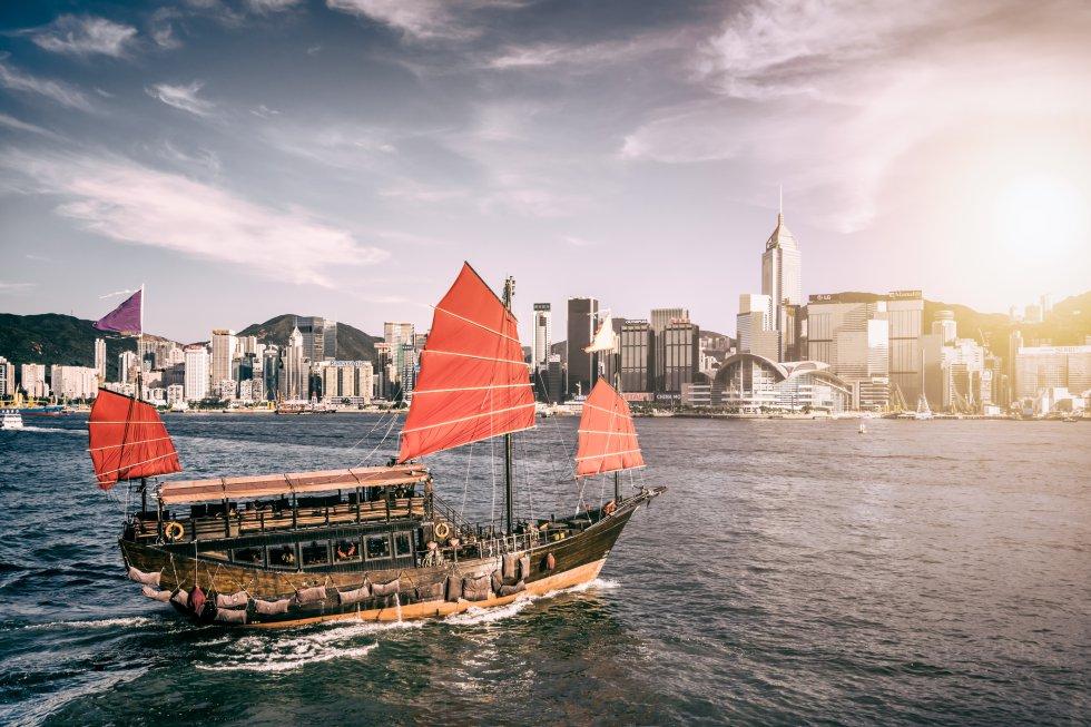 Los juncos, con sus velas rojas, son una de las imágenes más típicas de Hong Kong y del mar de China. Son una de las embarcaciones a vela más antiguas que se conocen y siguen en uso en muchas partes del Sudeste Asiático. Son estupendos para ver partes de la costa sur de la isla y se pueden contratar en el extremo este del paseo marítimo de Aberdeen (accesible desde la terminal de autobuses de Aberdeen por un paso peatonal subterráneo bajo Aberdeen Praya Road). Si solo queremos echar un vistazo al muelle, se puede tomar el pequeño ferri que cruza a la isla de Ap Lei Chau durante todo el día. Otra opción es coger el ferri gratuito que va al Jumbo Kingdom Floating Restaurant y volver.