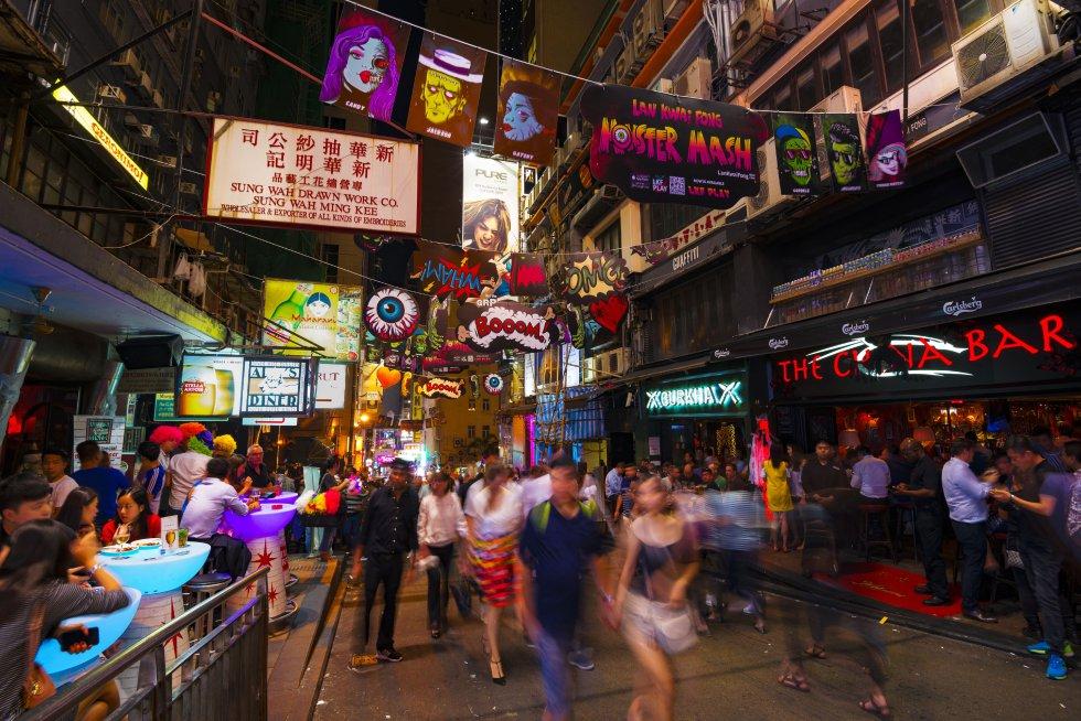Lan Kwai Fong (en la foto) y el Soho son las zonas nocturnas más frecuentadas por los famosos en Hong Kong. Aquí hay todo tipo de bares: para sibaritas del vino, amantes de los cócteles o de la cultura. Puestos a proponer, está el Stockton (stockton.com.hk), coctelería que evoca el ambiente de un club privado del Londres victoriano. El Tazmania Ballroom (tazmaniaballroom.com) saca mesas de pinpón los martes, jueves y sábados, y su código de vestimenta es de estilo glam-casual. En Kung Lee (Hollywood Road) se sirven infusiones de hierbas y jugo fresco de caña de azúcar de calidad desde 1948. Los locos años 60 nos reciben en el Tai Lung Fung, entre clientela bohemia y licores caseros. Y para probar cerveza local artesanal de barril está el Roundhouse Taproom (roundhouse.com.hk), con 25 variedades, algunas de edición limitada.