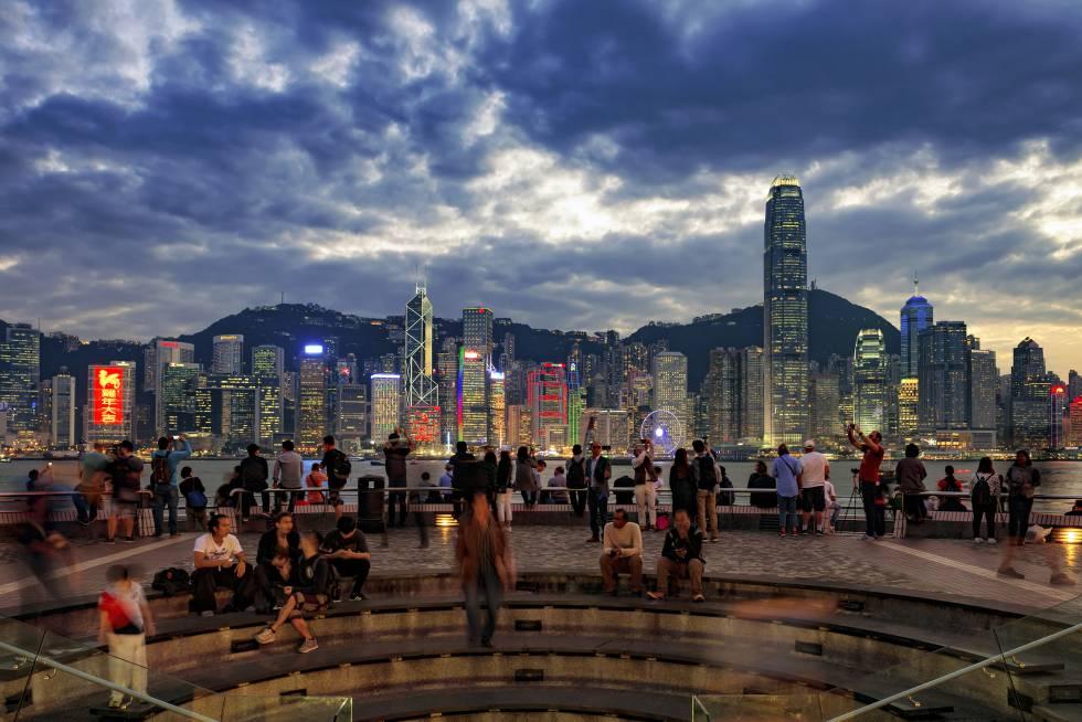 Bañado por las olas, es 'el lugar' para gozar de las vistas de Hong Kong: rascacielos geométricos que se elevan entre colinas color esmeralda y un puerto azul zafiro surcado por los barcos. Un buen sitio para empezar el paseo es la torre del Reloj de la antigua línea de ferrocarril Kowloon-Cantón, cerca del vestíbulo del Star Ferry. De ladrillo rojo y granito, es el símbolo de la era del vapor. Otra parada es el Museo de Arte, ahora cerrado por reformas, que ofrecerá un enorme espacio dedicado al arte contemporáneo hongkonés, antigüedades chinas y fotografías históricas. Un poco más adelante está la Avenida de las Estrellas, presidida por una escultura de bronce de Bruce Lee de 2,5 metros de alto.