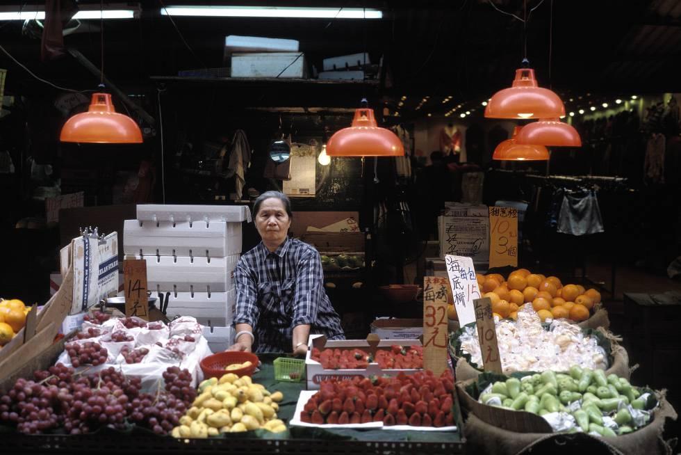 Es el mercado más animado de Hong Kong por su ambiente, olores y sabores. Hasta acoge actuaciones de ópera cantonesa. Aquí se vende de todo, mientras los adivinos atraen a sus clientes en carpas con poca luz. Para cenar hay que ir a Woo Sung St, o a la sección norte de Temple St, donde se puede comer de todo; de un bol de fideos a una tortilla de ostras al estilo Chiu Chow. Otra curiosidad son los locales para cantar. Surgieron hace 20 años como refugio de los músicos callejeros en días de lluvia. Son muy básicos: mesas, escenario, lucecitas de Navidad, un organista y un grupo de cantantes 'freelance' que acompañan a los clientes, entre piezas de ópera china y canciones clásicas en inglés. El mejor momento del mercado es de 19.00 a 22.00.