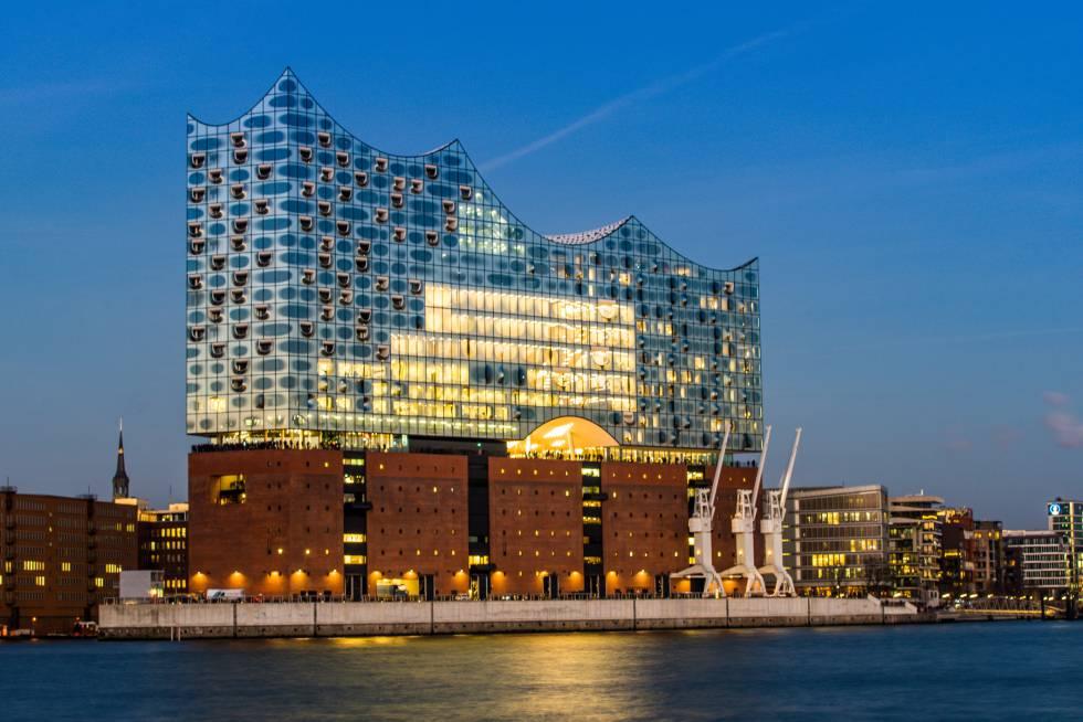 Vista de la Elbphilharmonie (Filarmónica del Elba), de los arquitectos Herzog y de Meuron, en Hamburgo.