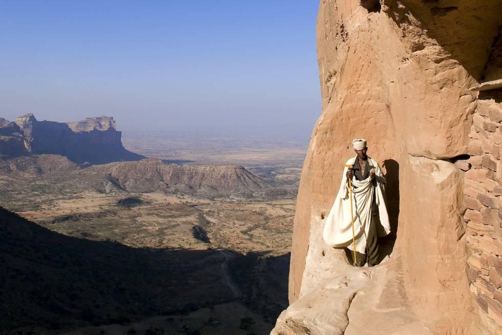 Vistas desde la iglesia cavada en la roca de Abuna Yemata Guh, en Tigray (Etiopía).