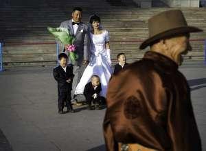 Una pareja de recién casados en la plaza Sükhbaatar, en Ulán Bator (Mongolia).