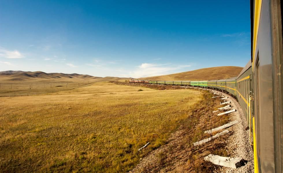 Un tren en su ruta por la tundra en la línea del Transiberiano.