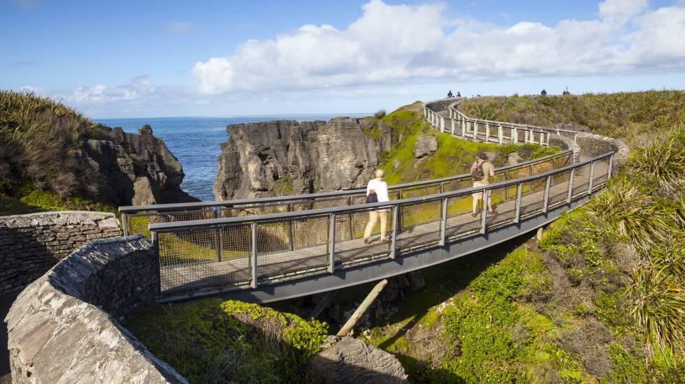 Trilha na costa de Punakaiki, na Ilha Sul da Nova Zelândia.