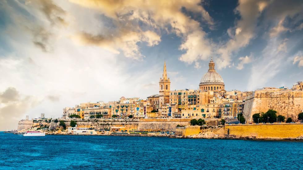 Vista do porto Marsamxett, em La Valeta (Malta), ao entardecer.