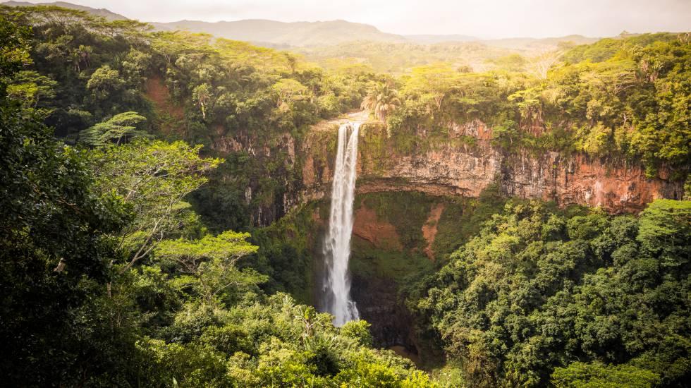 Cachoeira de Chamarel, no montanhoso interior da ilha Maurício.