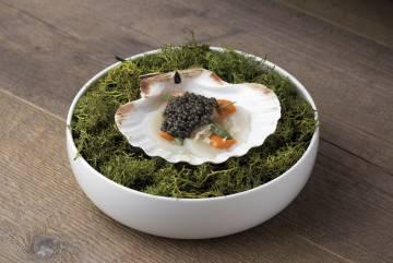 Plato de vieiras, caviar y vainilla del restaurante Amelia, en San Sebastián.