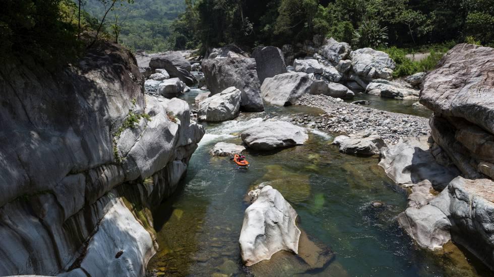 Descenso en kayak en el río Cangrejal, en el parque natural de Pico Bonito (Honduras).