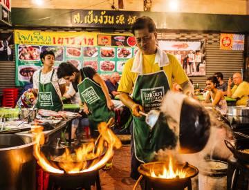 Puesto de comida callejera en el barrio de Chinatown, en Bangkok.