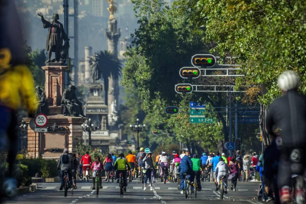 Ciclistas no Paseo de la Reforma, na Cidade do México