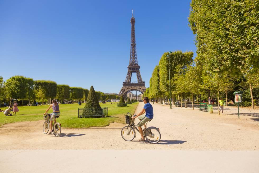 Ciclistas aos pés da torre Eiffel, em Paris