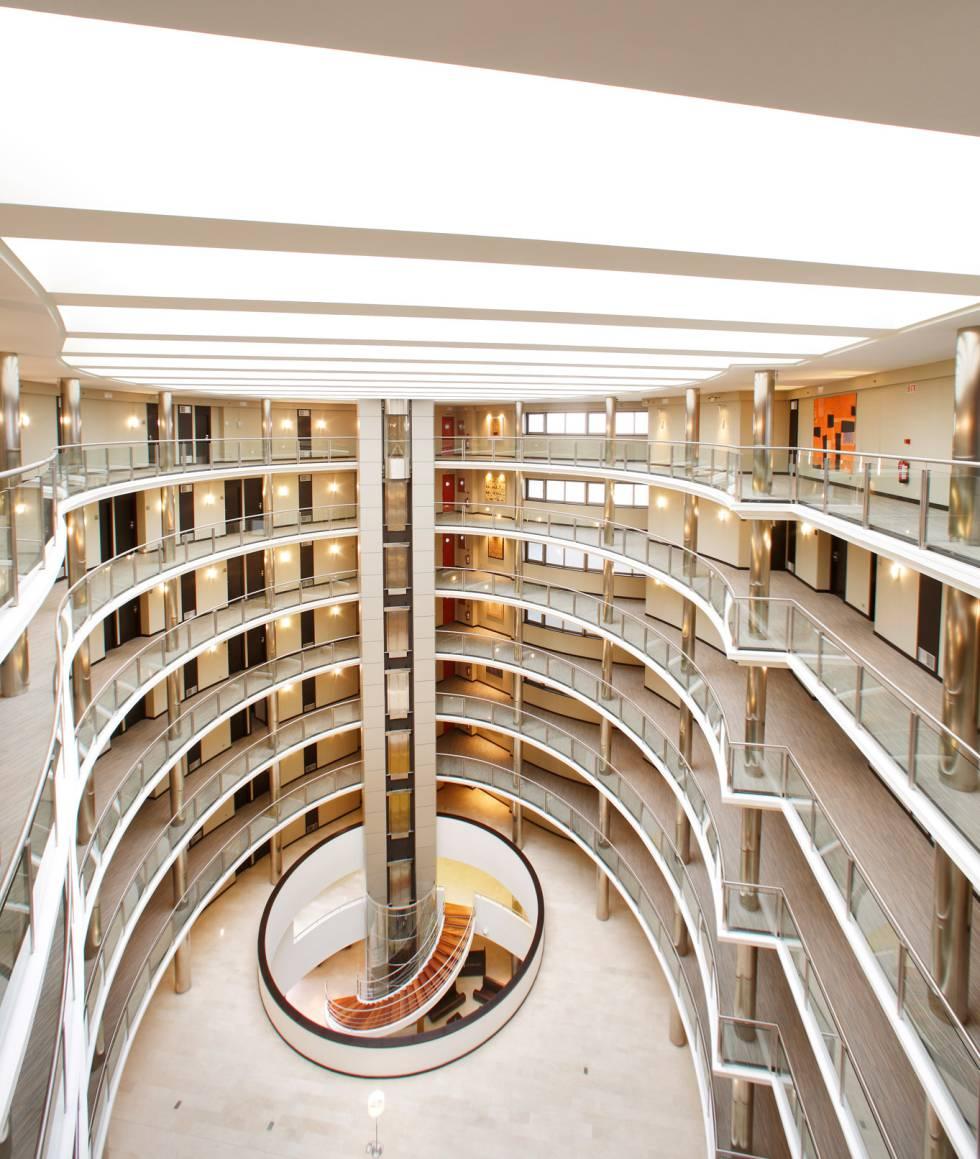 Attica 21 Coruña, un hotel con vestíbulo de ocho plantas de altura