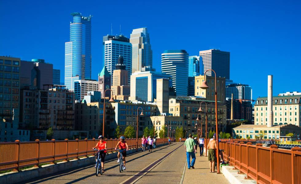 Ciclistas cruzando el puente de Stone Arch, en el 'downtown' de Minneapolis (Minnesota).