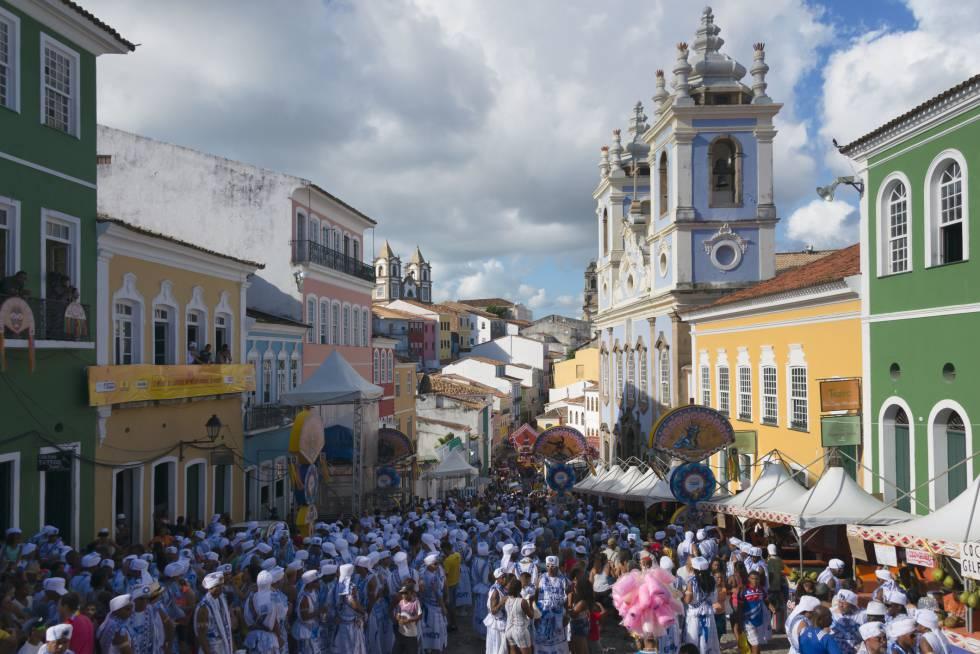 Membros do bloco Filhos de Gandhy durante o carnaval de Salvador.